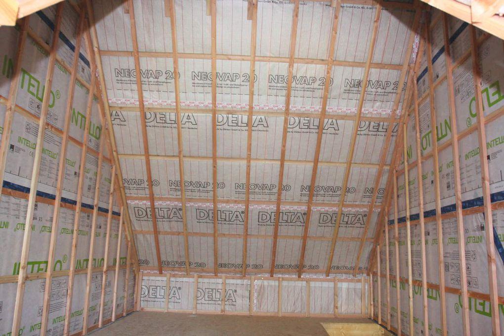 Isolation des rampants en 2 couches croisées de laine de bois de 145mm, frein vapeur et tasseautage. Les pieds des murs du RDC ont été isolés avec 60cm de liège en vrac imputréscible, le reste de la hauteur en laine de bois 100mm et 60mm toujours en 2 couches croisées. L'étanchéité à l'air a été réalisée avec le frein vapeur intello ensuite le tasseautage contre tasseautage avant la pose de lambris, fermacell ou placo.