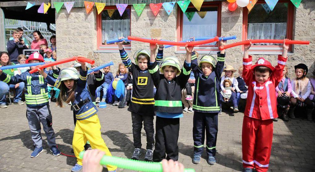 """Vorschulkinder begeisterten als Feuerwehrmänner und eine Feuerwehrfrau mit einer """"Schlauchgymnastik"""" - Offenbar der Traumberuf für viele Kids"""