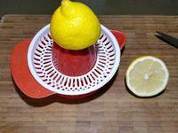 1 - Laver les pommes (les préférer du jardin ou bio si possible) et les couper en quartiers. Les passer à la centrifugeuse pour en extraire le jus. Verser le jus dans une casserole. Presser le citron. Incorporer le jus du citron dans la casserole ainsi que le sucre. Porter à ébullition sans cesser de remuer. Laisser cuire 5 mn. Ajouter le calvados puis l'agar agar. Maintenir à ébullition encore 3 mn tout en remuant.