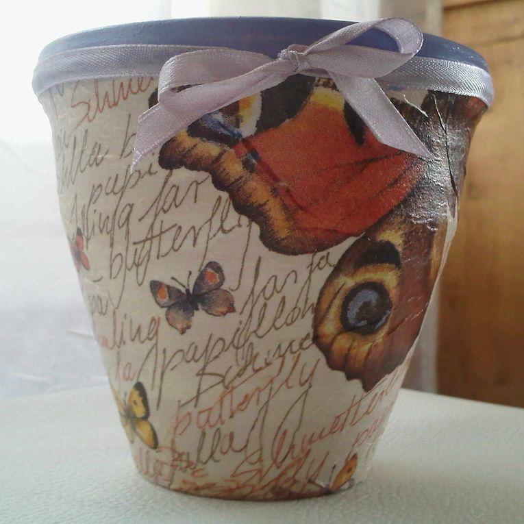 """Pots en terre cuite peints avec une peinture céramique à froid ou """"serviettés"""" à l'extérieur puis vernis."""