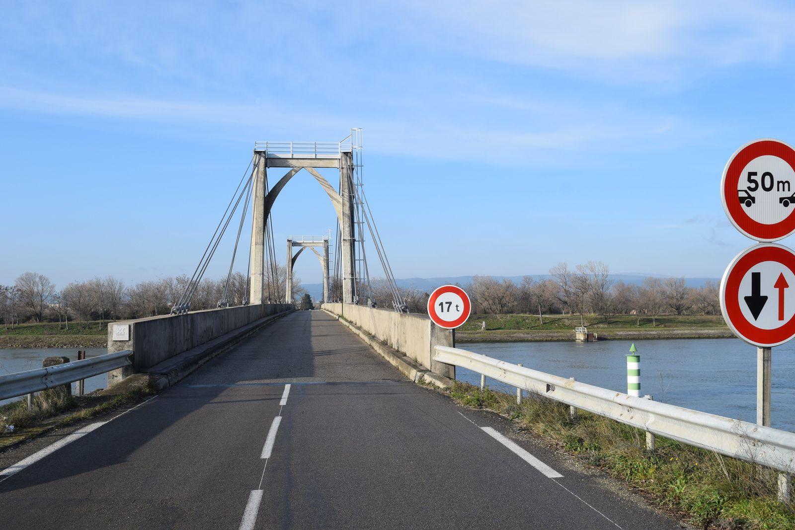 Sur une largeur utile de 5,70 m, le pont porte une chaussée de 4,50 m à deux voies de circulation en double sens, encadrée d'un étroit trottoir (0,50 m environ) en aval et d'une bordure chasse-roues en amont, tous deux bordés de garde-corps pleins en béton. Je dois avouer que lorsque je traverse ce pont en vélo, je ne suis pas des plus rassuré, il n'est vraiment pas large.
