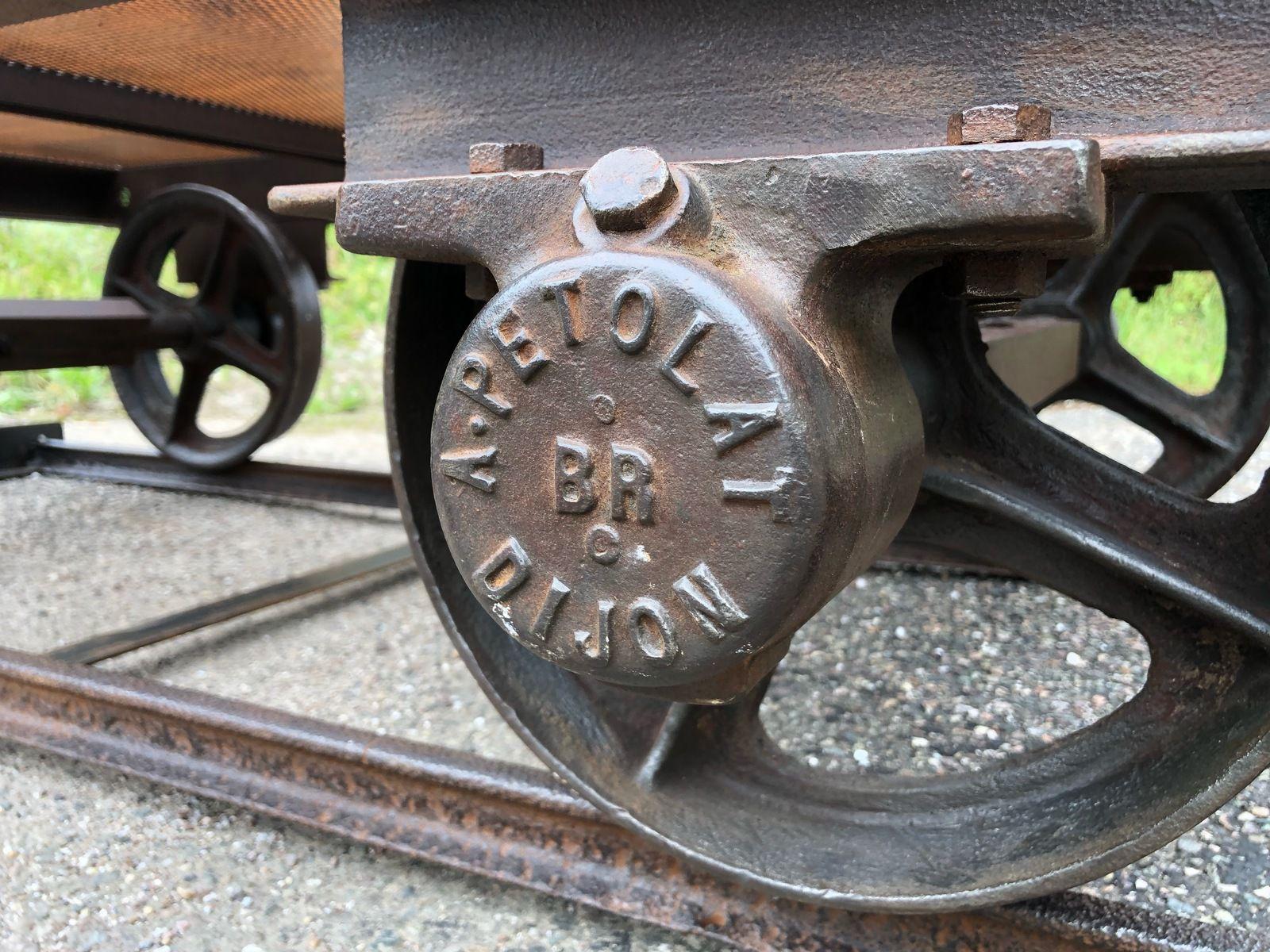 """LONG WAGONNET """"A PETOLAT"""" CHARIOT MINE TABLE BASSE PLATEAU ACIER RIVETE 1920-2021"""