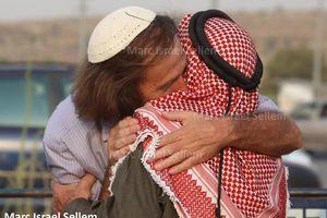"""Un groupe de """"colons"""" juifs et d'Arabes palestiniens unis dans une cérémonie de solidarité"""