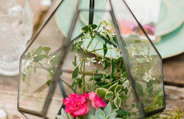 Des plantes et plantes grasses en centre de table dans des vases géométriques