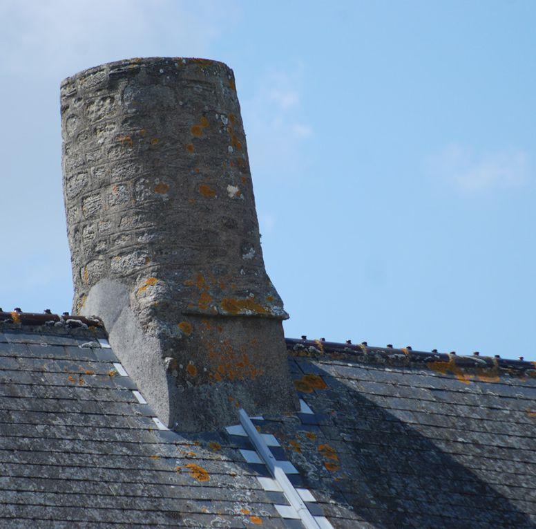 Des cheminées caractéristiques des habitations du Val de Saire