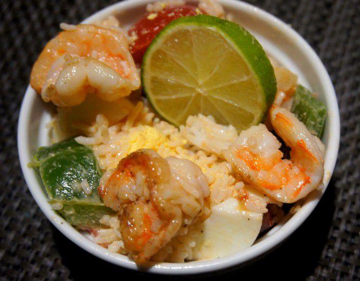 Salade de riz aux crevettes mayonnaise et ketchup