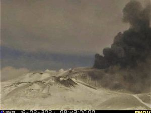 Etna SEC - ash plume on 03/19/2021 / at 8:42 am and 8:57 am - EMOV / INGV OE webcams - one click to enlarge