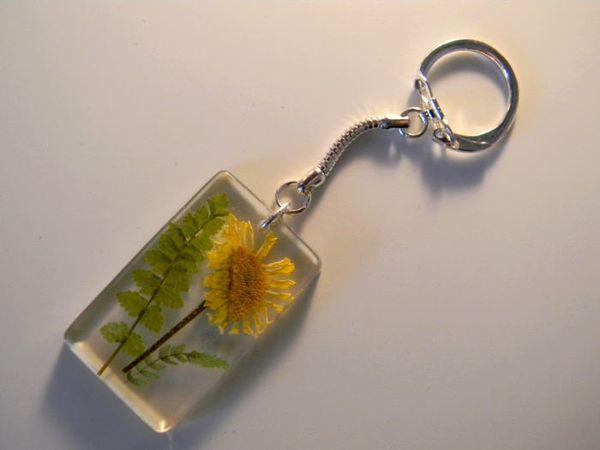 """Porte-clés en résine façon """"herbier"""""""