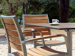 Mise en place du mobilier pour le restaurant LE PONTON à la maison du Lac de Saint-Cassien.