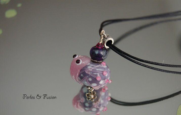 Pendentifs et colliers compsés de perles en verre colorées filées au chalumeau par mes soins. Chaque bijou est unique.
