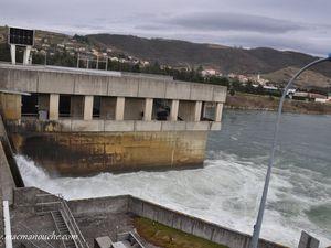 Le lâcher d'eau au niveau du barrage.    (clic pour agrandir)