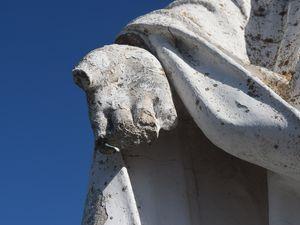 Aujourd'hui ce n'est plus un doigt qui manque à cette statue mais les dix doigts, le froid de l'altitude peut être ou simplement du vandalisme, deuxième option qui me semble la plus probable