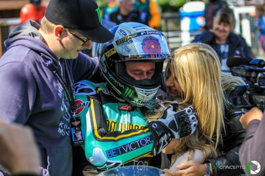John McGuinness et sa femme Becky photo Road Racing News