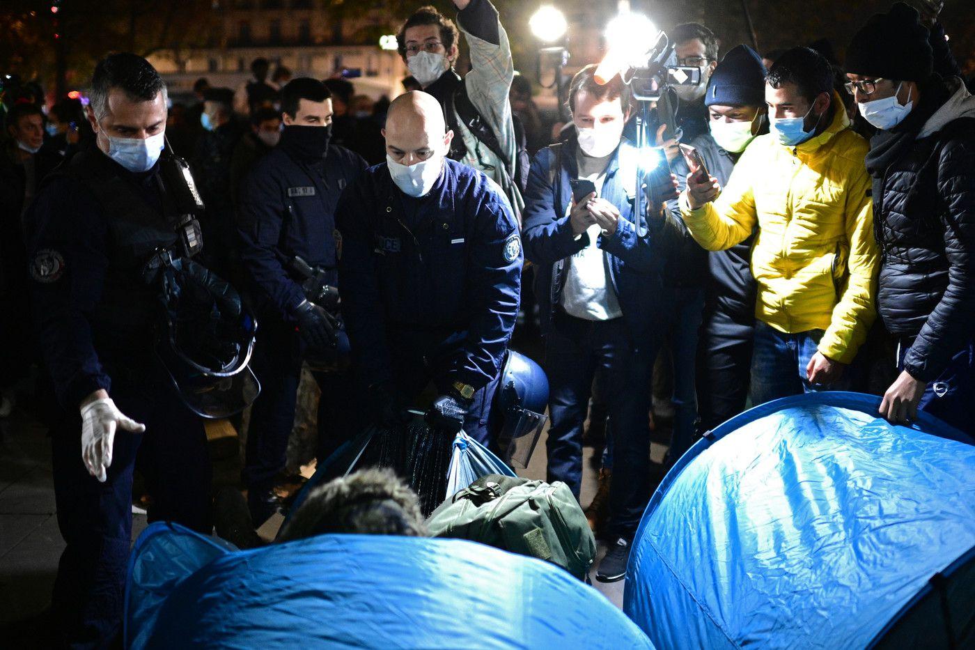 Lors de l'évacuation du campement de migrants sur la place de la République, à Paris, dans la soirée de lundi 23 novembre. MARTIN BUREAU/AFP