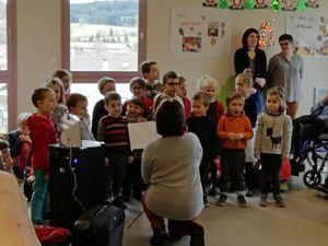Chants avec les résidents de la maison de retraite Roux de Berny.