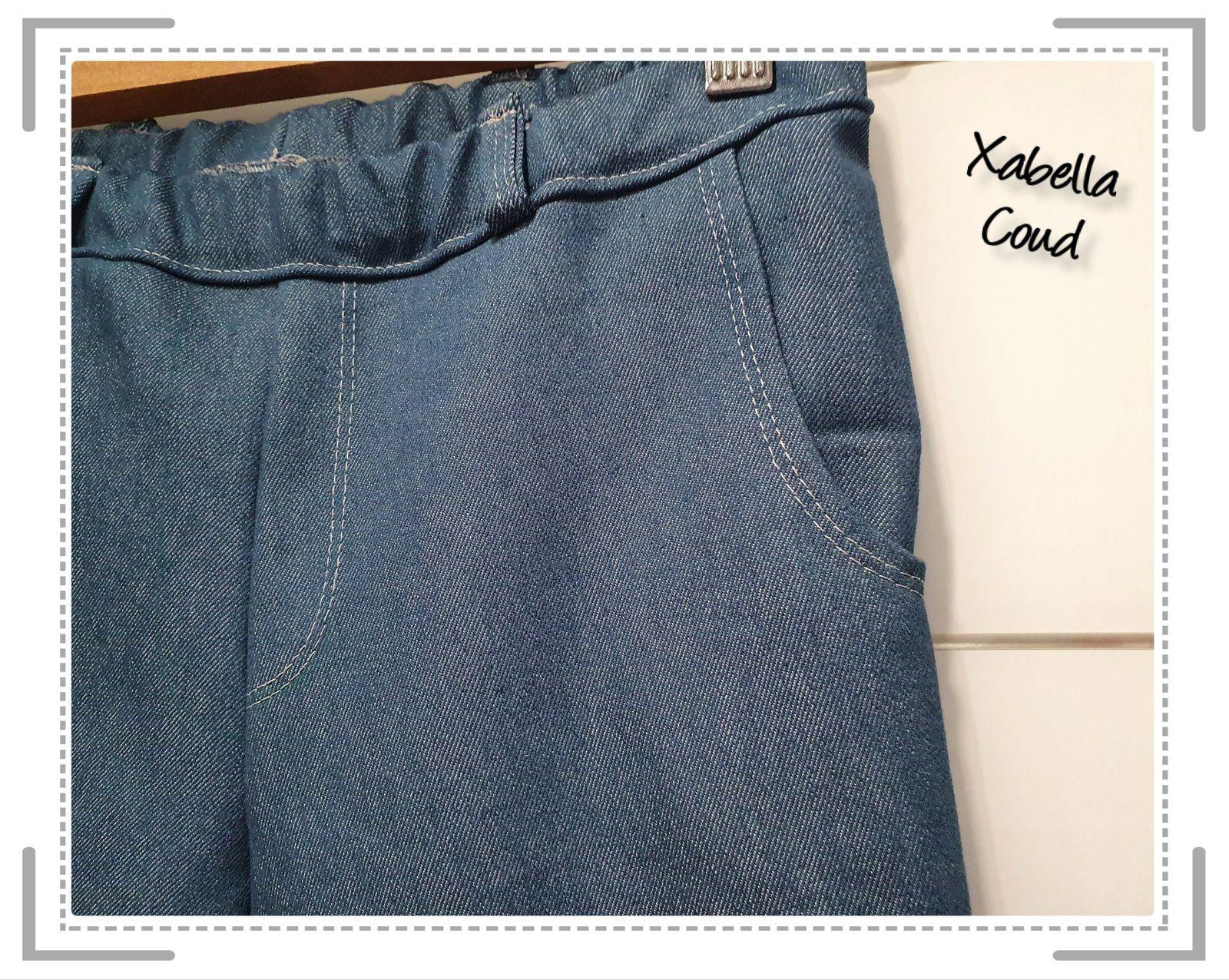 Cette fois les poches sont arrondies, plus façon jean... Je me suis amusée à faire quelques fantaisies comme des coutures en mode recouvrement... ou pas.. histoire que tous les modèles ne soient pas identiques..