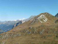 Chemin faisant entre les rochers, une vue sur le Roc du Blanchon avec, au fond, le Mont Blanc. Le groupe est arrivé au col, point culminant de la sortie.