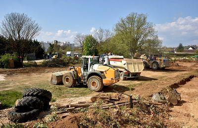 À Dijon, la mairie a détruit potagers, arbres fruitiers et volé la terre des habitants! Et ce n'est pas la 1ere fois, il y a eu des précédents ! Politique ne rime décidément pas avec écologique ! Et que dit EELV ? Ben rien bien sûr !  En accord avec le projet ! Opportuniste politique Jadot n'est pas écologiste !