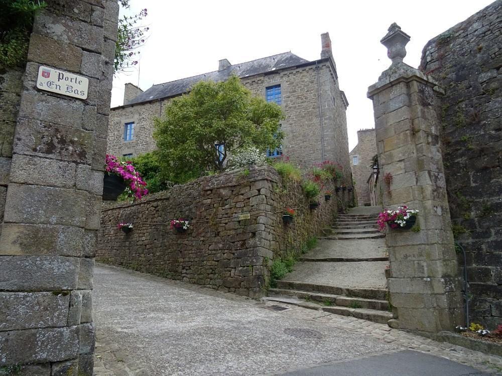 Cité médiévale, perchée au sommet d'une colline, encore aujourd'hui ceinturée de ses imposants remparts