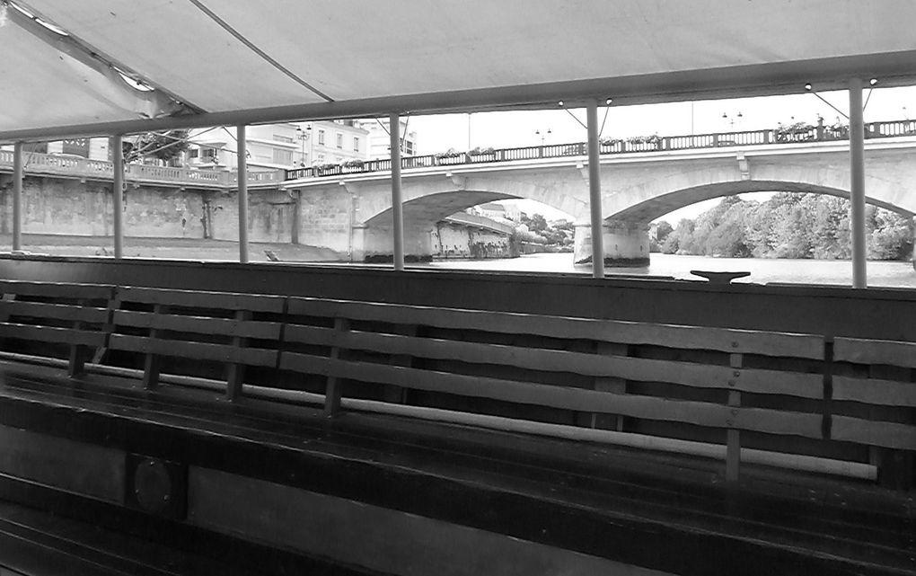 """Vogue la gabare de Saintes. """" Nous partîmes 13 et nous revîmes 13 """".. Heureux qui, comme l'auteur de Culture-Histoire fit un beau voyage.... sur la Charente.  On a parlé de quoi, on va éviter les discours.... Francis le mousse a accueilli les 11 passagers, Yves, le capitaine, nous a mené sur le fleuve que l'on pourrait dire au cours moyen.... Après la sécurité le guide Francis nous a """" baladés """" d'une berge à l'autre et en amont et en aval de la ville, au gré des minis vagues et remous. En résumé... un panorama de la ville depuis les Gallos-Romains aux non moins fous révolutionnaires, avec un petit clin d'oeil à Prosper Mérimée qui sauva notre arc de.... Germanicus (en passant celui-ci a été lessivé). Entre autres nous avons aperçu la maison de maître de la célèbre champignonnière des quais des roches (anciennes carrières), voire le champignon sur la façade. Puis une histoire de """" vache noire """", ni plus ni moins le surnom de la petite locomotive qui traversait la ville au début du siècle dernier.  Quant à la fameuse gabare, il y en aurait une au fond de la Charente, mais tout compte fait laissons-là dormir au fond de son lit. Bien sûr avant cette heure de navigation, à pied cette fois, ce fut des petites découvertes de la ville. Enfin la soirée, qui ne fut pas de galère, se termina au """" Restaurant des remparts """". Un petit coucou en passant à la chanteuse """" Gaëlle """" qui donnait de la voie au """" Burger Palace """", et autre bonjour au capitaine du """" Bernard Palissy """". Merci à tous pour cette journée et bon vent aux navigateurs."""