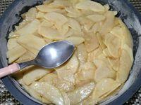 2 - Verser le beurre fondu, le lait et l'arôme vanille dans le mélange sucre/oeufs. Fouetter à nouveau et ajouter progressivement le mélange farine/levure/sel sans cesser de remuer. Peler les pommes et les poires. Les évider au vide-pommes et les couper en fines lamelles. Les verser dans la pâte en les enfonçant sans les remuer pour qu'elles s'imprègnent bien. Beurrer et fariner un moule de 20 cm de diamètre et y disposer le contenu du saladier (pâte/pommes/poires), tasser avec le dos d'une cuillère. Enfourner pour 35 mn à th 6,5 (200°) en surveillant.