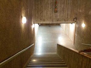 Sous la place située derrière le sanctuaire, un  immense escalier en colimaçon nous mène à une immense crypte.