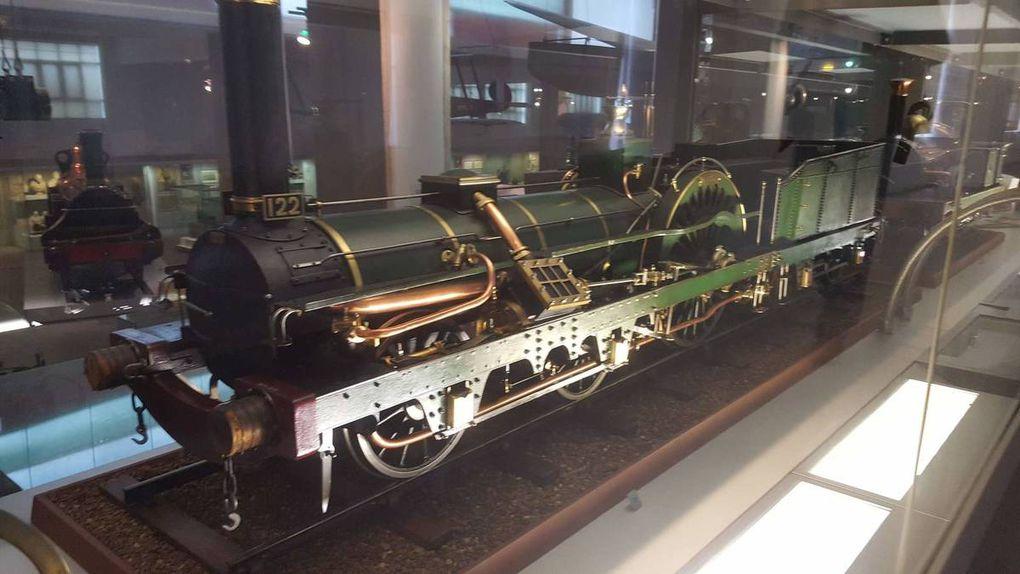 """Maquettes exposées au science museum de Londres. Gyrostatic monorail, express steam locomotive """"the princess royal"""", express passenger locomotive 1896"""