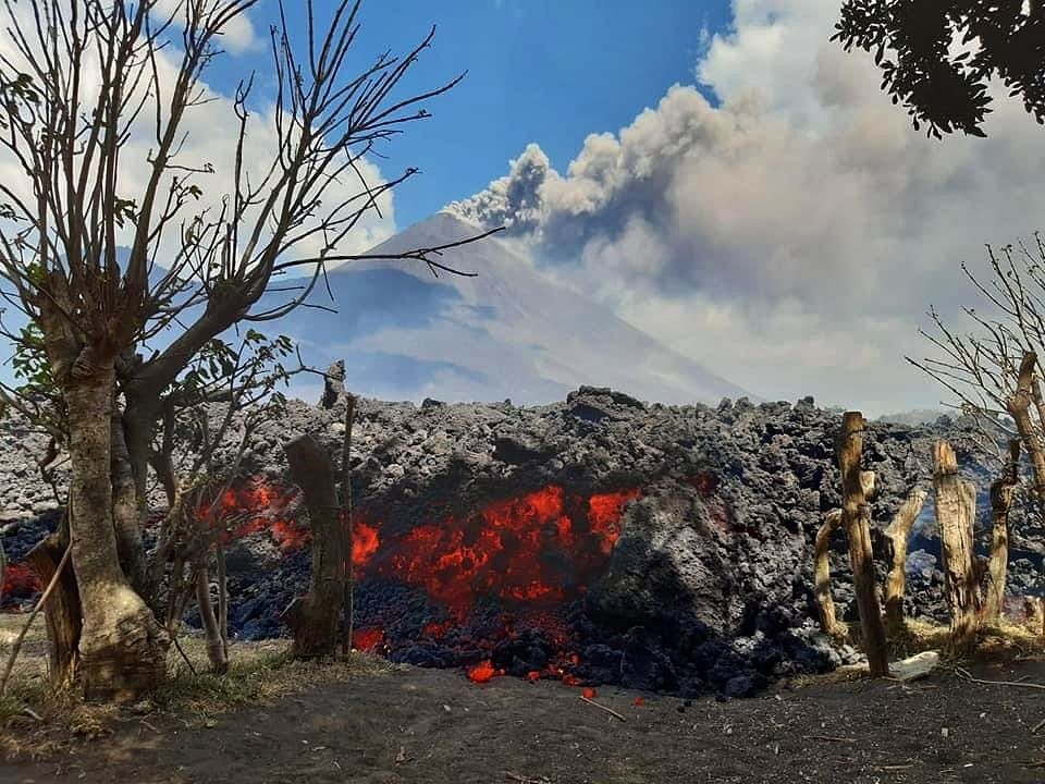 Pacaya - 03.30.2021 - effusive activity continues to feed the lava flow on the western flank - photo Insivumeh