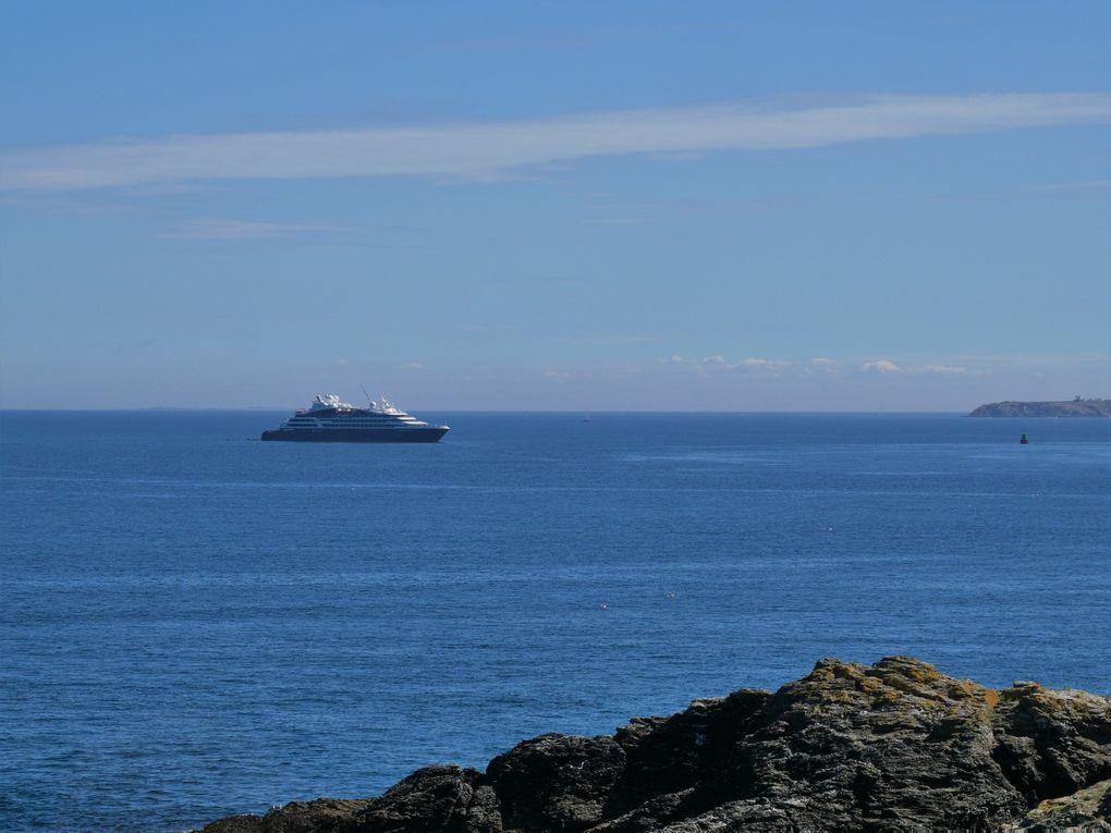 On quitte Sauzon par le nord, en longeant le bord de mer, pour une succession de paysages éblouissants, avec des plages désertes et une eau transparente. Au large, un paquebot de la compagnie du Ponant. On arrive à la pointe de Poulains, avec son phare ( dernière dia ).