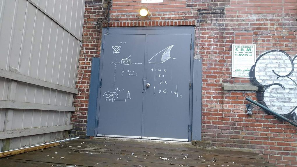 Yumar aborde les notions de temps et d'espace dans des tags et collages. Au dessus du dessin sur la feuille blanche, une calligraphie de Louis Letters.