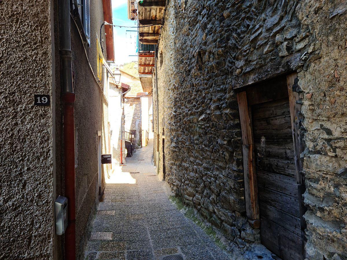 Petit village des Alpes Maritimes, bâti sur une barre rocheuse