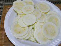 1 - Peler la courgette et la couper en rondelles. Faire de même avec les pommes de terre. Réserver