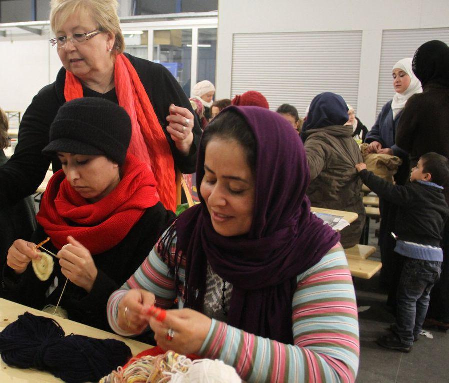 Auch eine blinde Asylsuchende ist im Häkelkreis dabei (Einzelfoto).