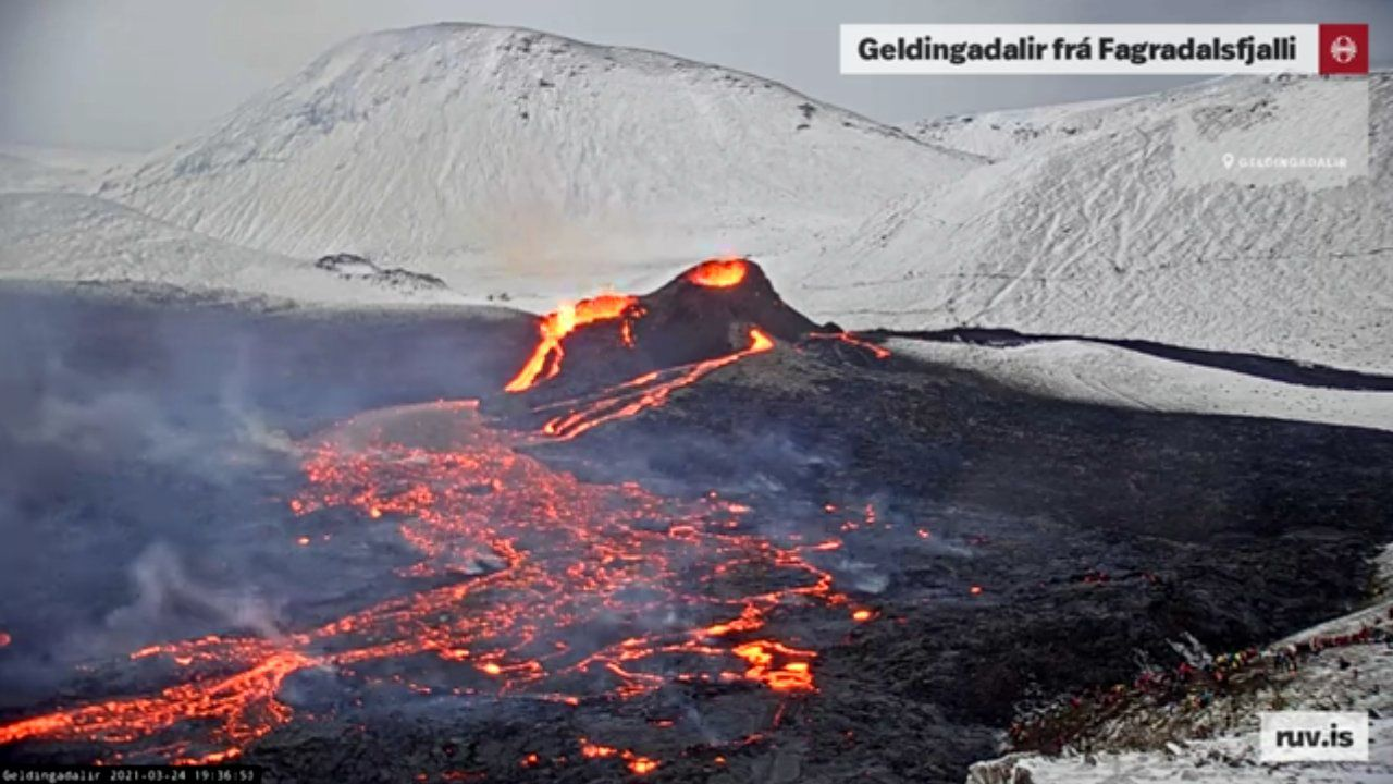 Geldingadalgos - on the eruptive site, a second prominent vent formed, contiguous to the original spatter cone - RUV webcam of 03.24.2021 at 4:14 p.m. and 7:36 p.m.