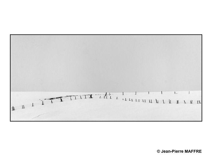 Les grands espaces enneigés de l'Aubrac vivent au rythme du vent et de la lumière.