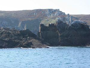 Le sentier côtier vu de la mer, approche de l'anse de Poul Mostrec en bateau dans la Baie des Trépassés...