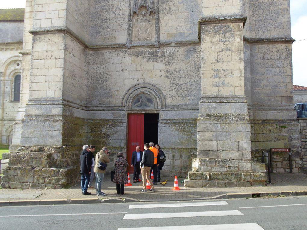 Monsieur le maire de Saintes a procédé à a pose dans le parvis de la crypte de deux clous de bronze. Haut lieu de la chrétienté en Saintonge, mais surtout une halte sur les chemins de St Jacques de Compostelle c'était une signalétique indispensable
