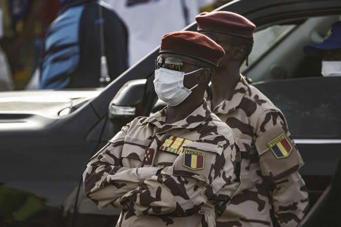 Un conseil militaire dirigé par un de ses fils, Mahamat Idriss Déby Itno, général quatre étoiles à 37 ans et commandant de la garde présidentielle, est chargé de le remplacer. MARCO LONGARI / AFP