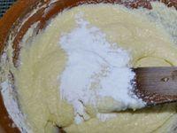1 - Dans une jatte mélanger le sucre, le sucre vanillé avec les oeufs ajoutés un par un jusqu'à ce que le mélange blanchisse. Incorporer le beurre en pommade (le sortir à l'avance pour qu'il soit bien ramolli) petit à petit et bien mélanger. Ajouter la farine et la levure tamisées progressivement pour éviter les grumeaux et travailler jusqu'à obtenir un mélange homogène. Séparer en deux la préparation.