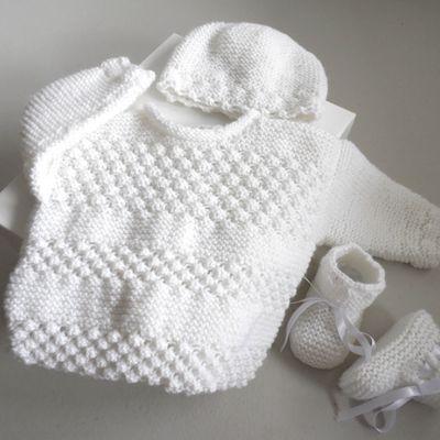 Brassière bébé avec bonnet et chaussons blancs, trousseau ou ensemble mixte fille ou garçon, cadeau de naissance fait main