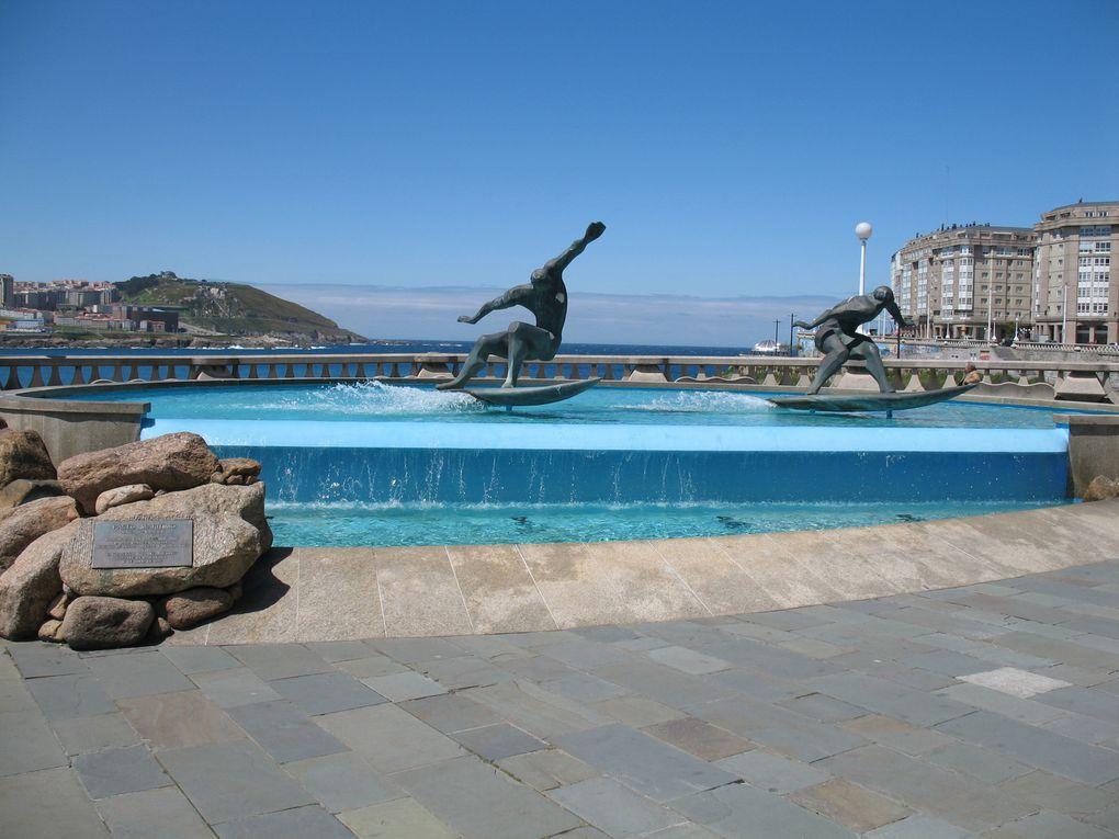 La fontaine des surfeurs se situe sur le Paseo Maritimo en face de l'hôtel Mélia Maria Pita et entre les plages d'Orzán et de Matadero