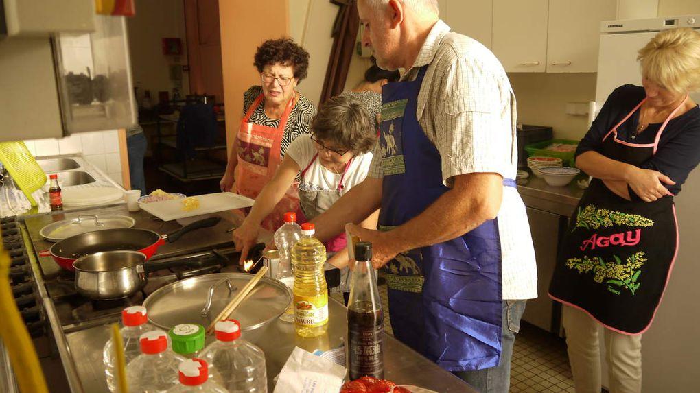 Après le cours (de 16h à 19h30) les cuisiniers se retouvent avec leurs amis et famille autour du pot de l'amitié, avant de déguster les plats qu'ils ont eux mêmes préparés.