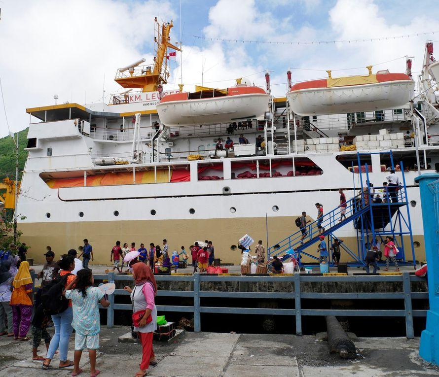 Toute la ville est en pleine activité, que le ferry arrive à 8 h du soir ou à 5 h du matin ! Les motos-taxis et les charrettes à bras se fraient rapidement un chemin dans la foule. Sur les stands, les femmes vendent  leurs brochettes de poisson grillé ( ikan bakar ) et des krupuks  ( chips de crevette ) aux voyageurs descendus du bateau comme aux passants. Parfois, il n'y a qu'un bateau par semaine, c'est encore davantage l'événement ! En 2018, le ferry est encore la seule liaison sûre, peu chère et relativement régulière entre les Banda et Ambon,la capitale des Moluques du sud.
