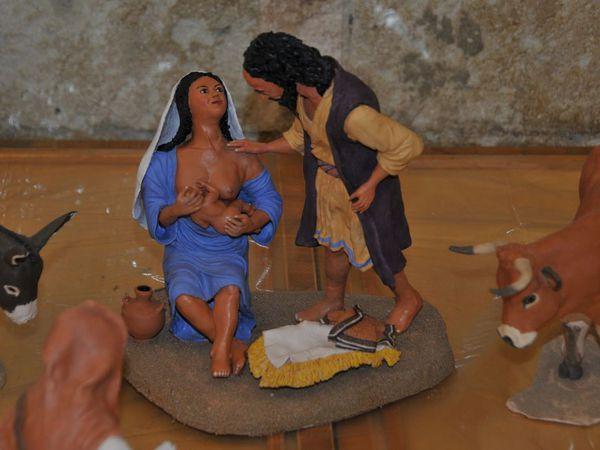 """Scènes évoquant la crèche au temps de la Palestine de jadis. Christian Joncour, poterie : """"la main qui pense """" Arles"""