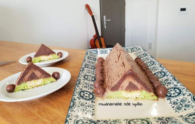 Bûche pyramidale chocolat caramel et pistache