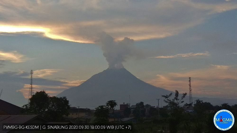 Sinabung - panache de gaz le 30.09.2020 / 18h00WIB - Doc. PVMBG