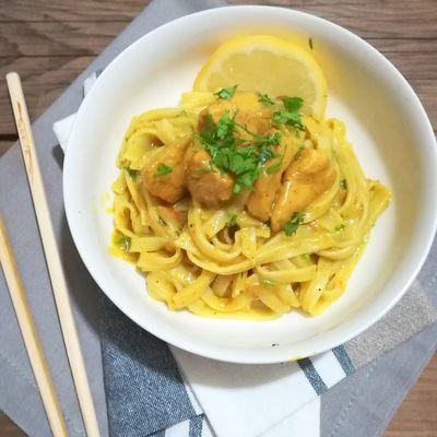Nouilles de riz aux poulet, lait de coco, coriandre et curcuma