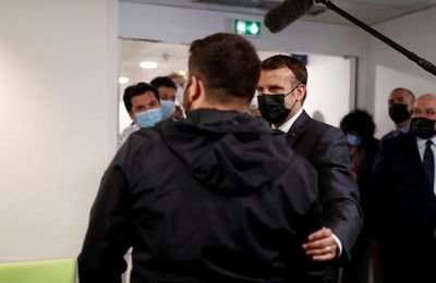 (FR) Emission 22 avril 2021 - LCI - Un patient touché par un Covid long craque en décrivant son quotidien à Macron