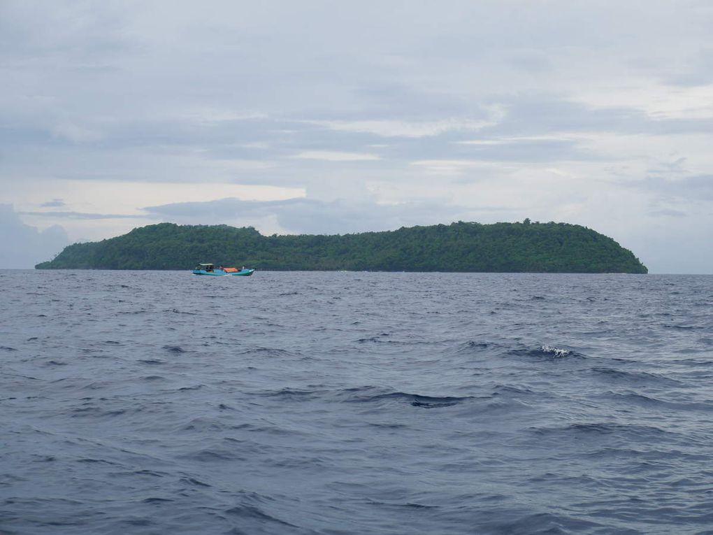 Départ de l'embarcadère de Banda Neira, où M. Abdullah ( photo 3 ) est venu nous chercher pour que l'on reparte ensemble jusqu'à l'île de Run avec le bateau public. On longe la petite île inhabitée de Nailaka. Arrivée à Run.