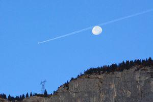 L'avion derrière la Lune